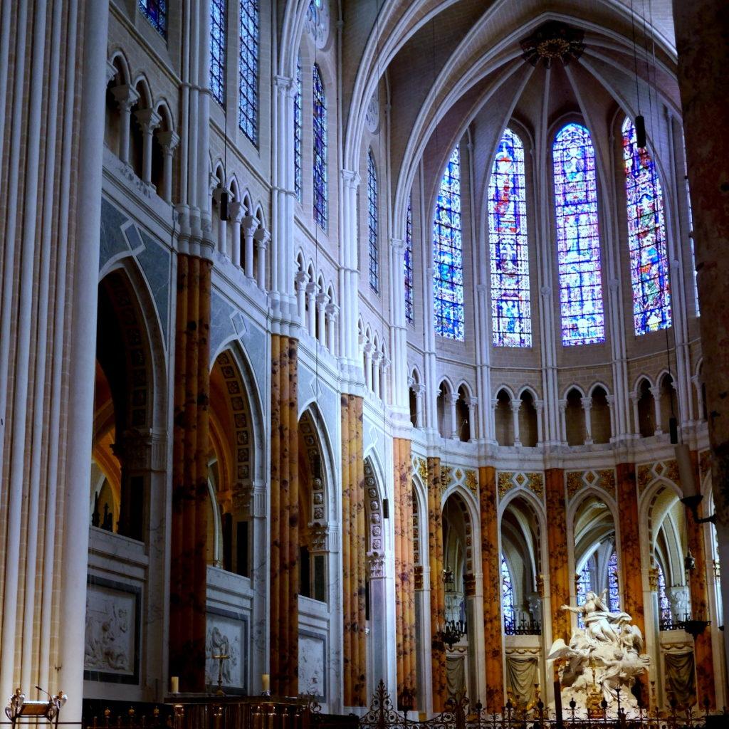 世界一美しいステンドグラスを守った1人の兵士 ナチ略奪美術品を救え シャルトル大聖堂内部@Chartres