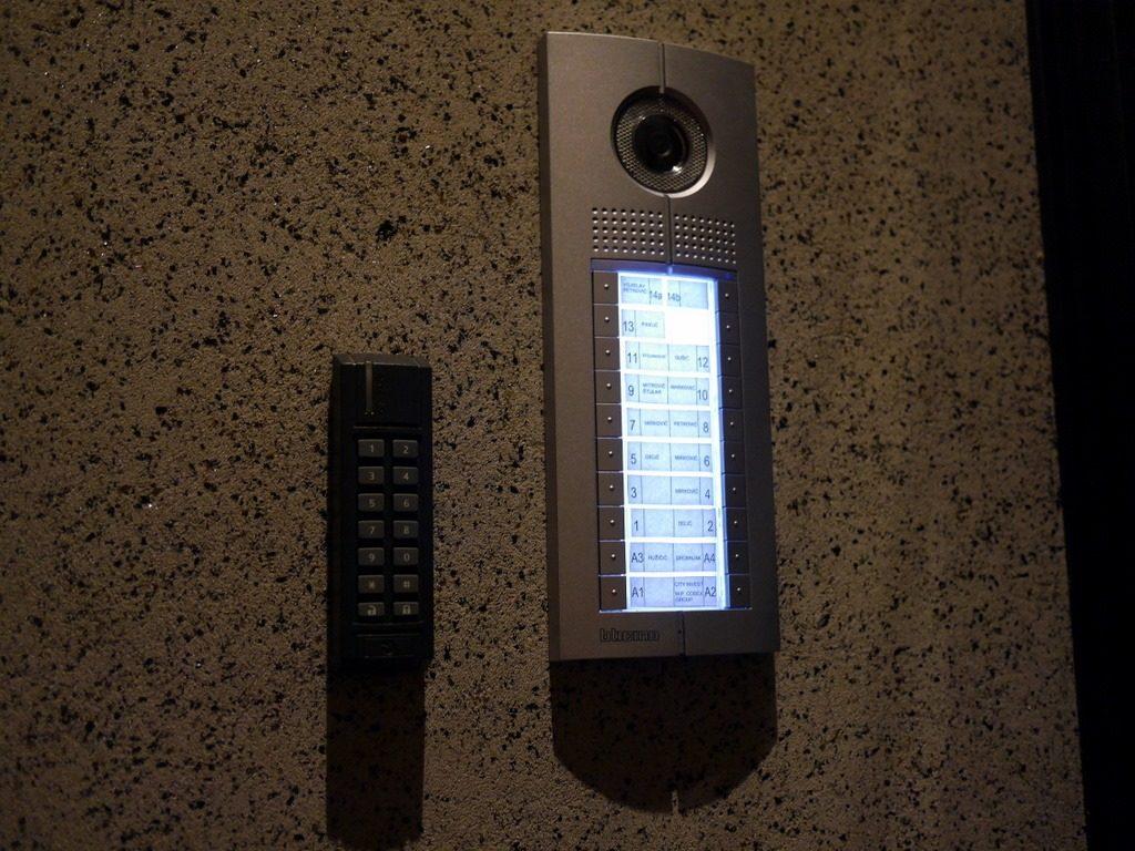 海外アパートの鍵の開け方 インターフォンとナンバーロックキー@ベオグラード