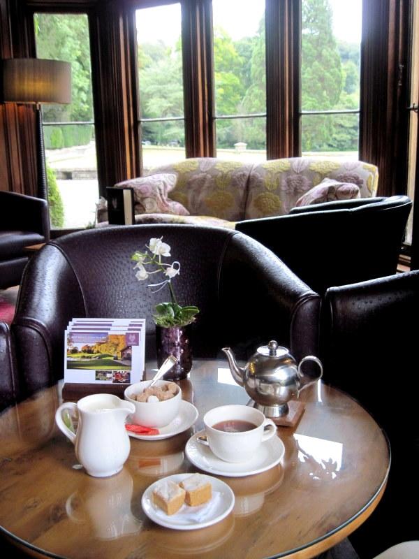海外ツーリング イギリス コッツウォルズ ブロードウェイ タワー カースル クーム マナーハウス  時間に余裕があるのでマナー・ハウスホテルで一息いれてお茶を@Castle Combe Village