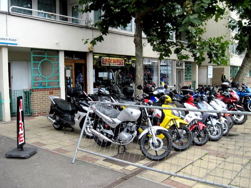 海外ツーリング イギリス編 ロンドン オートバイレンタル  エンジントラブル 店頭にバイクが並ぶ@Raceways Motorcycle Rentals