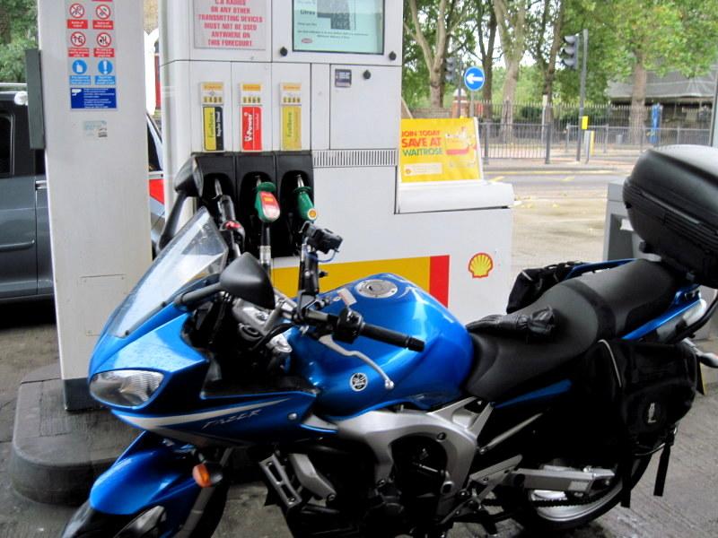 海外ツーリング イギリス編 ロンドン オートバイレンタル  エンジントラブル 給油時のヤマハ FZ6フェーザー