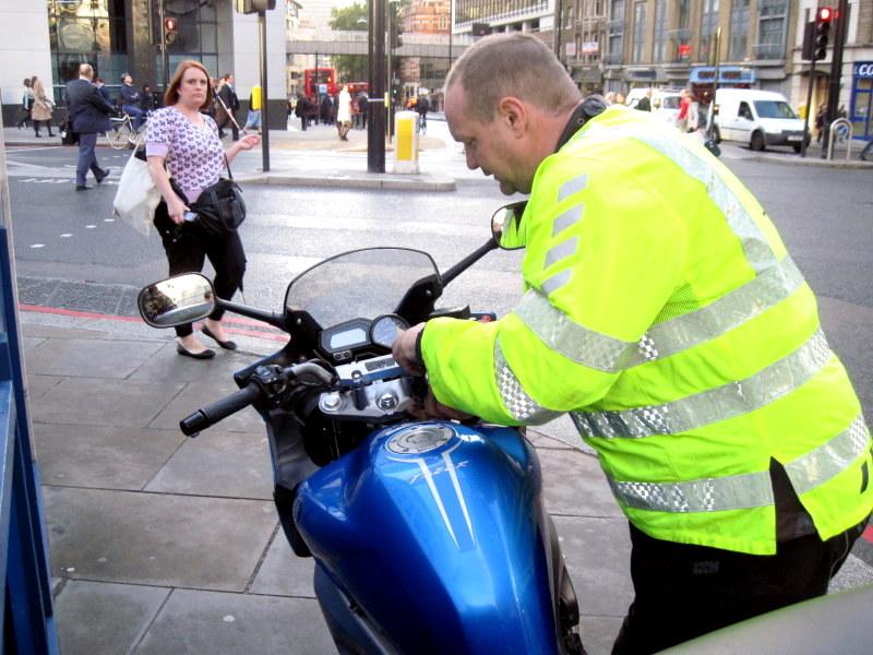 海外ツーリング イギリス編 ロンドン オートバイレンタル  エンジントラブル AA(Automobile Association)の方にサポートを受ける