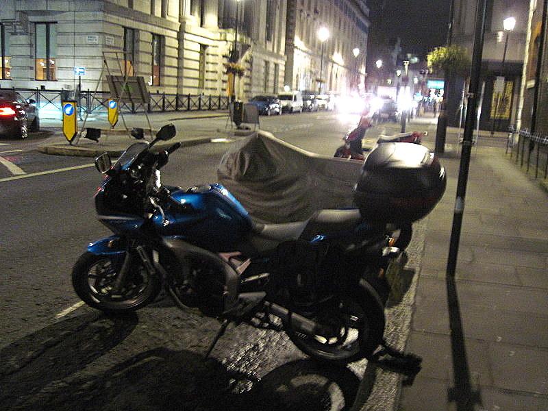 海外ツーリング イギリス編 ロンドン オートバイレンタル  エンジントラブル 夜のバイク駐車スペース、教会前なのでちょっと安心(笑)