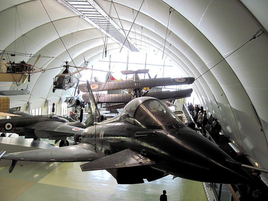 海外ツーリング イギリス ロンドン近郊 オードバイ博物館 イギリス空軍博物館 たくさんの飛行機がお出迎えしてくれるが、まだ序の口@RAF museum