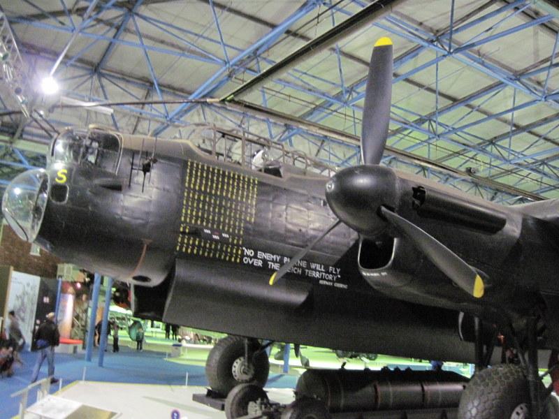 海外ツーリング イギリス ロンドン近郊 オードバイ博物館 イギリス空軍博物館 巨大な爆撃機の機体数も多い、 アブロ ランカスター Mk.I@RAF museum