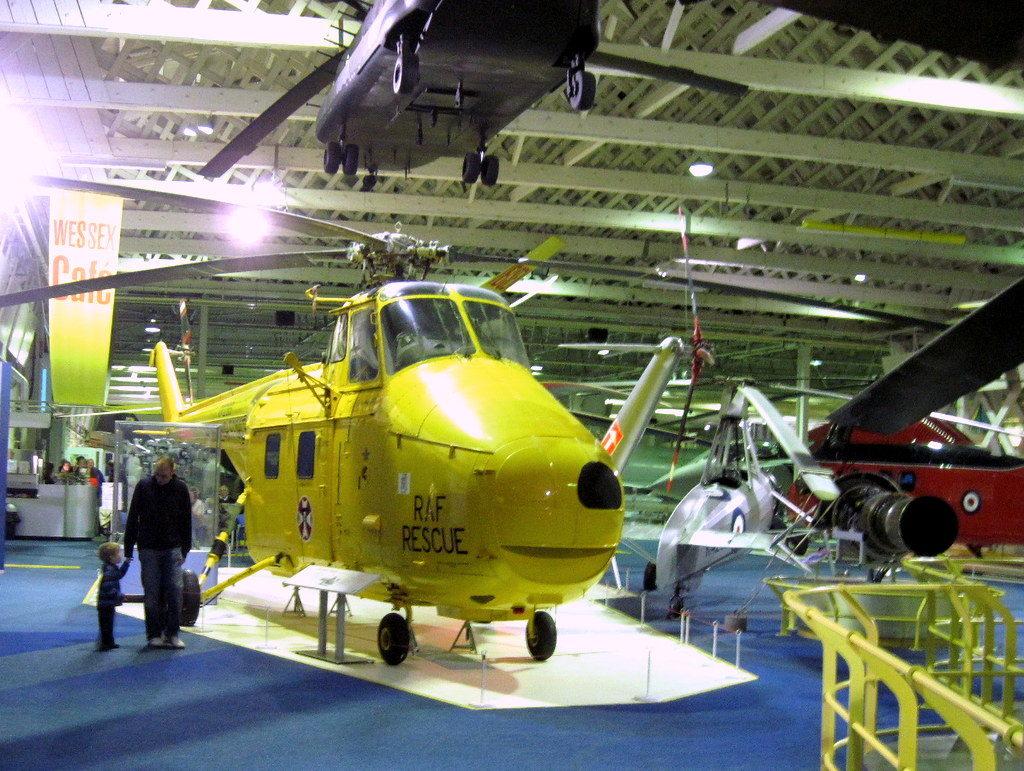 海外ツーリング イギリス ロンドン近郊 オードバイ博物館 イギリス空軍博物館 Westland Whirlwind、米機シコルスキー S-55(Sikorsky S-55)のライセンス版、日本含め各国でライセンス生産されているが、この顔のようなマーキングは初めて。