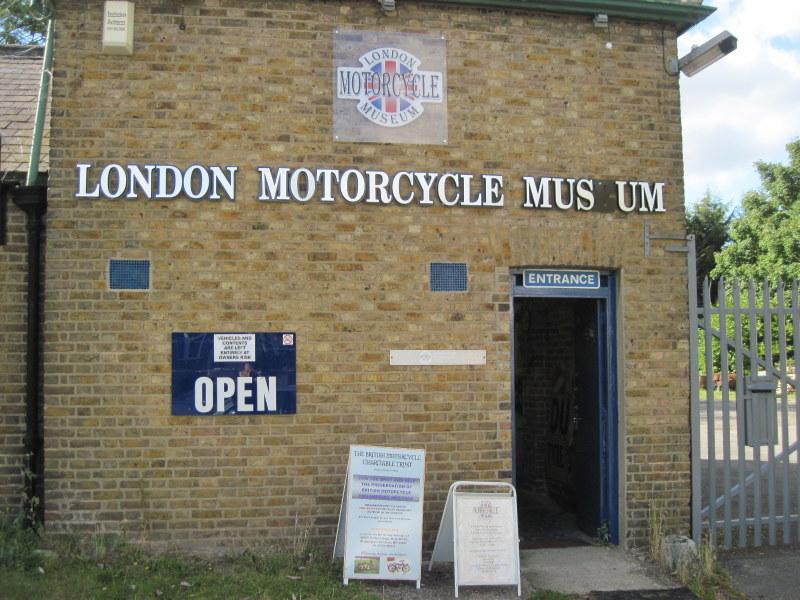 海外ツーリング イギリス ロンドン近郊 オードバイ博物館 イギリス空軍博物館  古風なレンガ造りの博物館入り口@London Motorcycle Museum