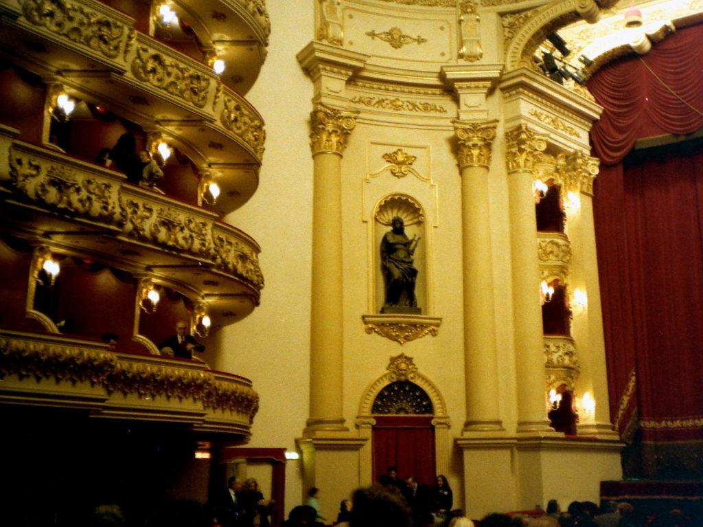 オペラの国イタリアの俊英指揮者 バッティストーニのぼくたちのクラシック音楽  フィラルモニコ劇場-バッティストーニの故郷ヴェローナには屋内劇場もある @Verona