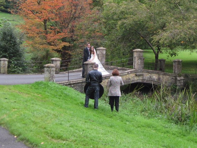 海外ツーリング イギリス コッツウォルズ ブロードウェイ タワー カースル クーム マナーハウス  庭では新郎新婦の写真撮影中@Castle Combe Village
