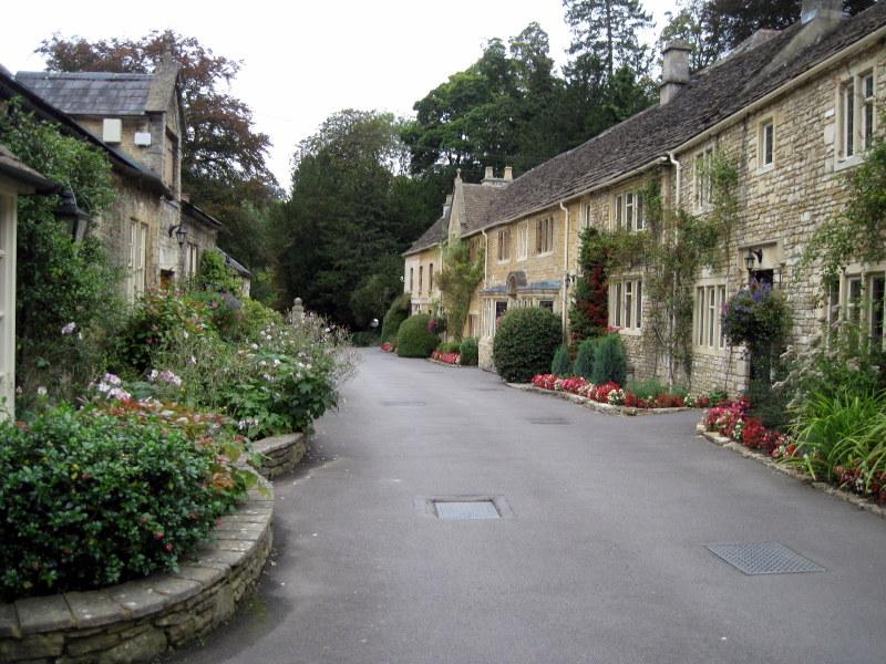 海外ツーリング イギリス コッツウォルズ ブロードウェイ タワー カースル クーム マナーハウス  どのお宅の花も手入れが行き届いている @Castle Combe Village