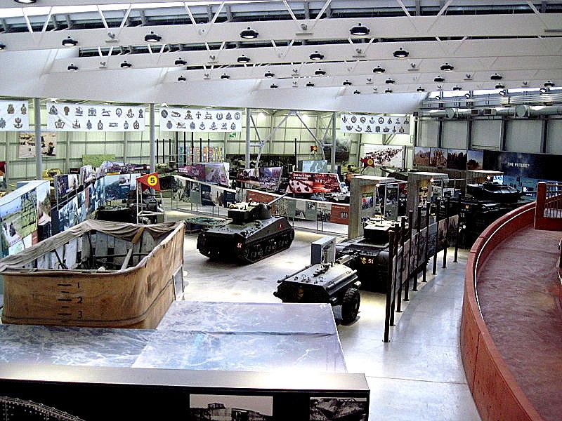 海外ツーリング イギリス ボービントン戦車博物館 ストーンヘンジ 入口そばから大量の戦車が迎えてくれる @Bovington Tank Museum