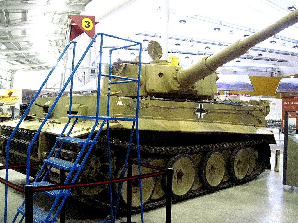 海外ツーリング イギリス ボービントン戦車博物館 ストーンヘンジ タイガー131、前週に走行イベントがあったため、整備用の脚立が置いてあり少々邪魔@Bovington Tank Museum