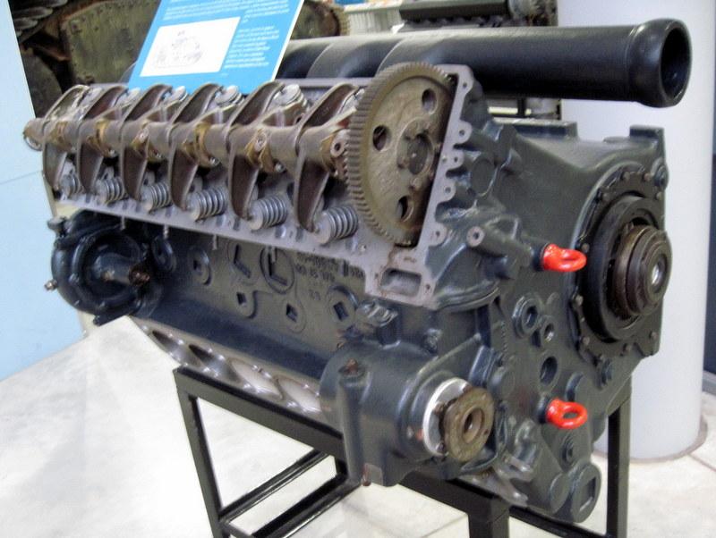 海外ツーリング イギリス ボービントン戦車博物館 ストーンヘンジ タイガー戦車搭載のマイバッハHL210P45エンジン@Bovington Tank Museum