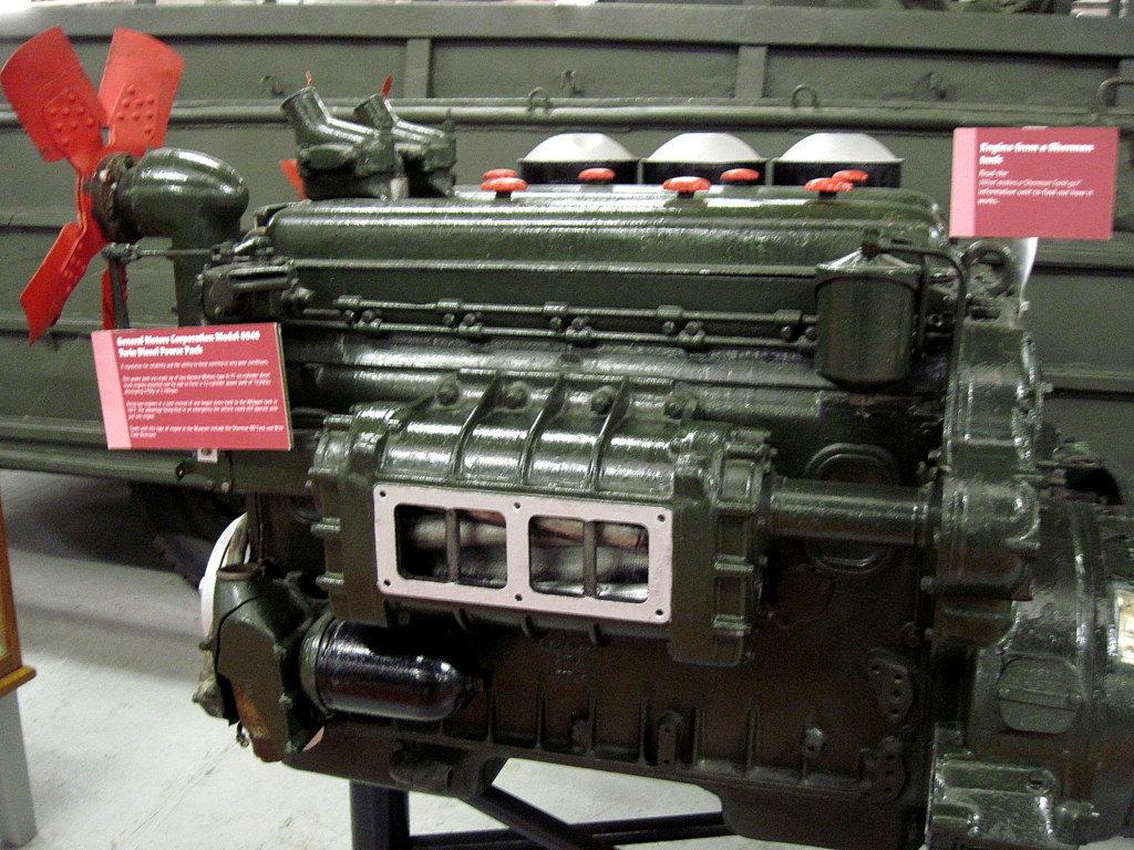 海外ツーリング イギリス ボービントン戦車博物館 ストーンヘンジ シャーマン戦車搭載の ゼネラルモーターGM6046エンジン@Bovington Tank Museum