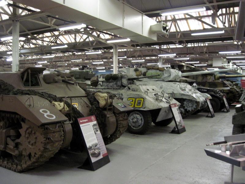 海外ツーリング イギリス ボービントン戦車博物館 ストーンヘンジ 隙間なく戦車が並んでいるので写真を撮る方向も限られている@Bovington Tank Museum