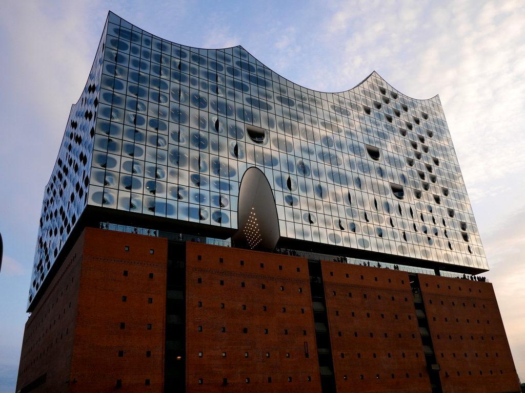 中空に浮かぶ巨大コンサートホール エルプ フィルハーモニー・ハンブルク 外観のガラス  @Elphi, Hamburg
