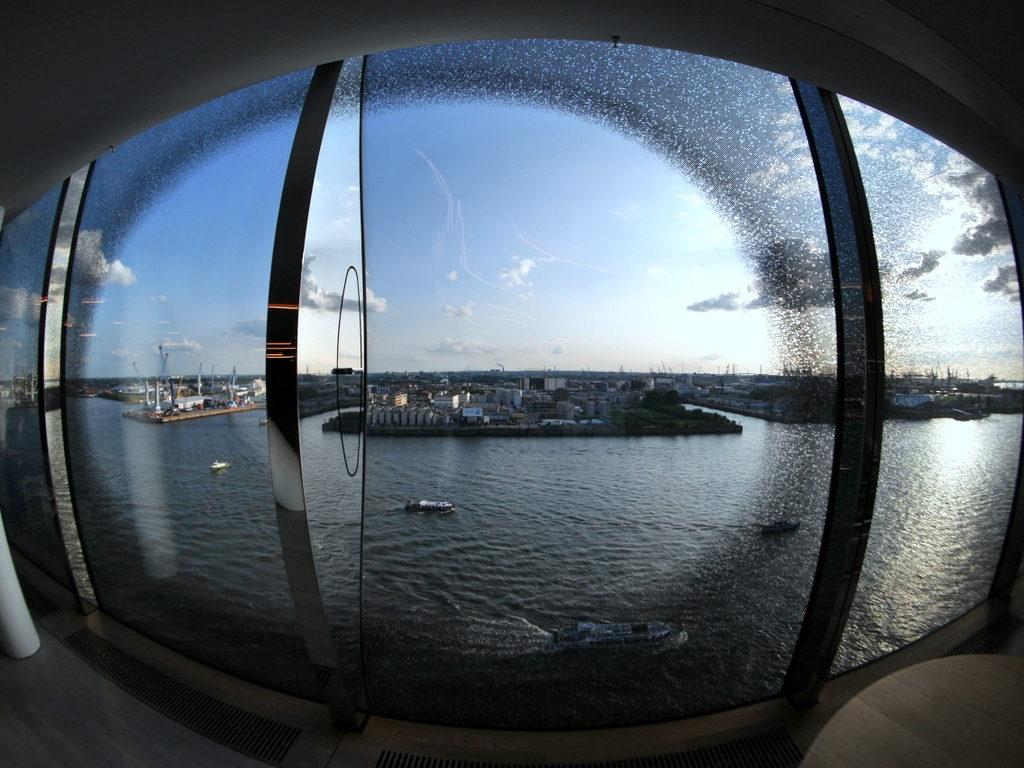 中空に浮かぶ巨大コンサートホール エルプ フィルハーモニー・ハンブルク ガラス内側より@Elphi, Hamburg