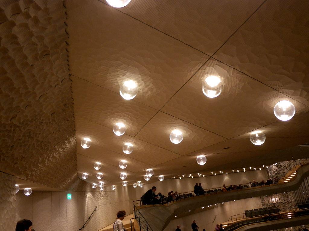 中空に浮かぶ巨大コンサートホール エルプ フィルハーモニー・ハンブルク ホール内ガラス照明@Elphi, Hamburg