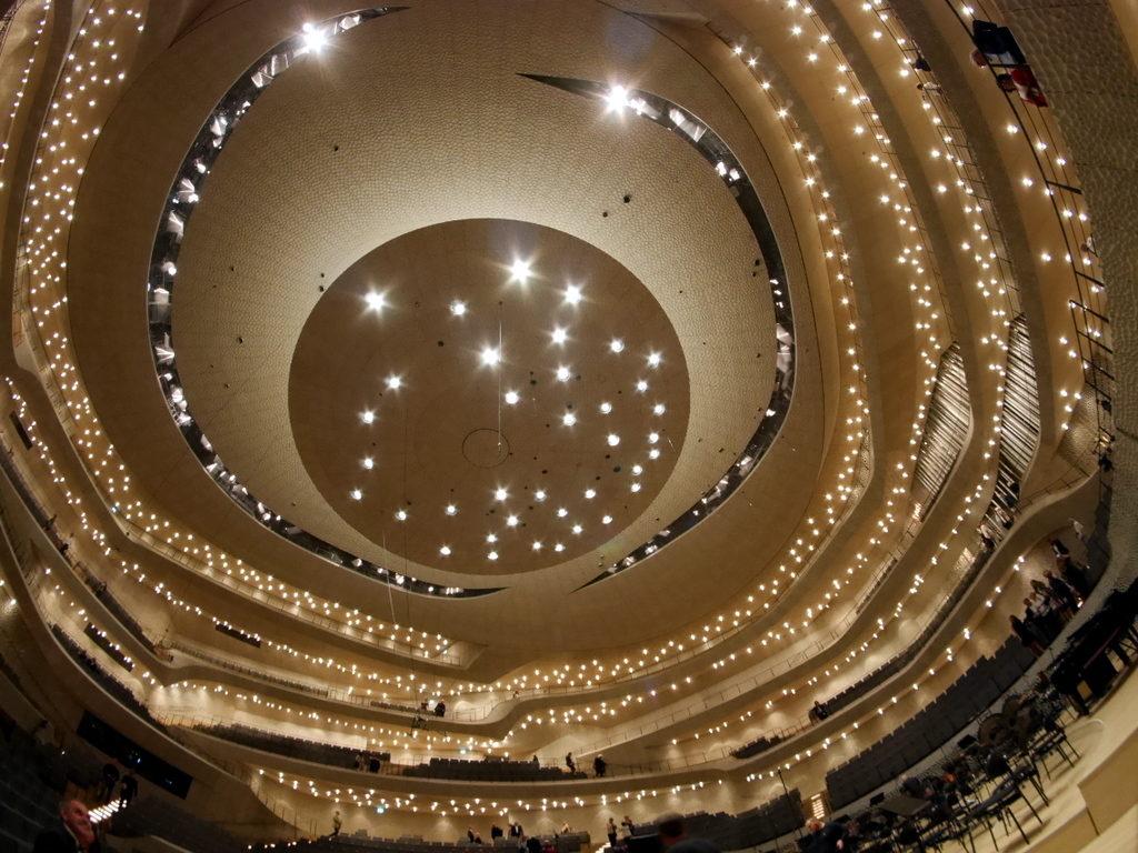 中空に浮かぶ巨大コンサートホール エルプ フィルハーモニー・ハンブルク 美しい照明配置@Elphi, Hamburg