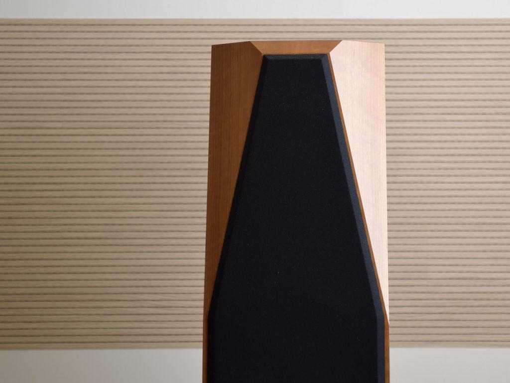 オーディオシステムの変遷 スピーカーの裏壁にあるのが木質吸音材 TOPAK Q-on