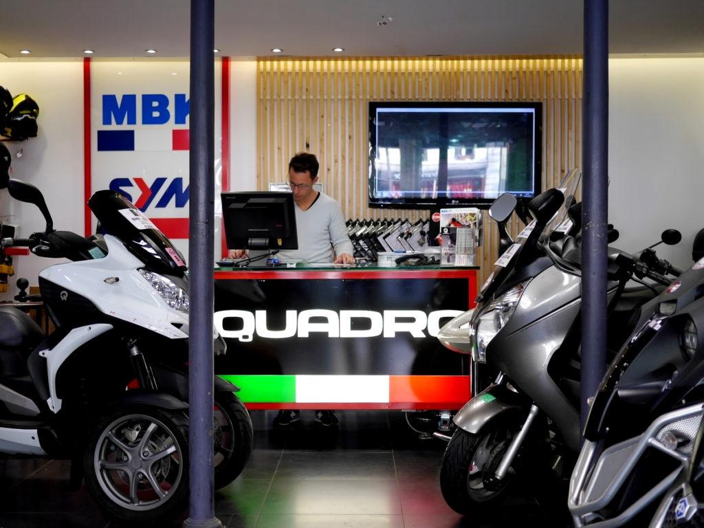 海外ツーリング フランス パリ オートバイレンタル コンピエーニュの森 シャンティイ コンデ美術館 手続きをする店主@Darcos