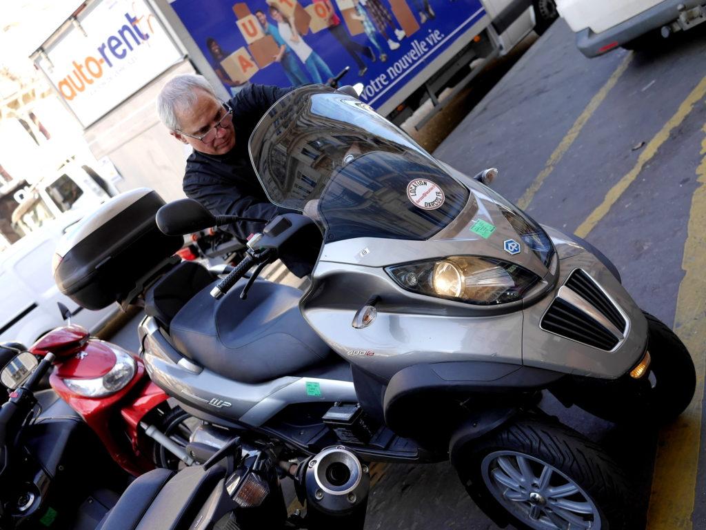 海外ツーリング フランス パリ オートバイレンタル コンピエーニュの森 シャンティイ コンデ美術館 メカニックが出庫前に最終チェックをする Piaggio MP3 400LT @Darcos