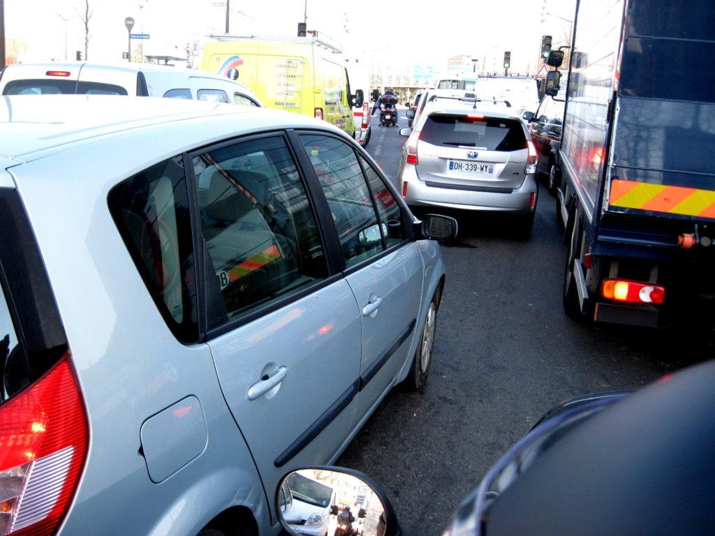 海外ツーリング フランス パリ オートバイレンタル コンピエーニュの森 シャンティイ コンデ美術館  渋滞時はじわじわグイグイという感じで幅寄せされる(笑)