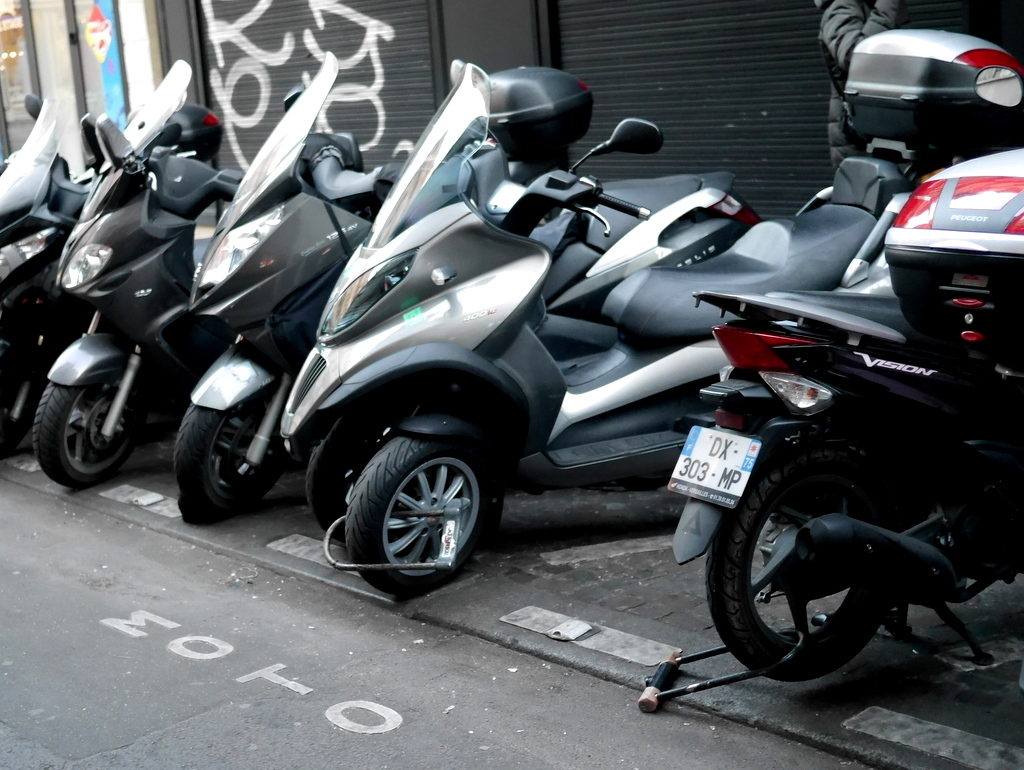 海外ツーリング フランス パリ オートバイレンタル シャンティイ城 コンデ美術館 牡蠣の昼食 大厩舎  市内では、こんな感じでバイクが停められる、中央の前輪をロックしてあるのが私の車両 @Paris