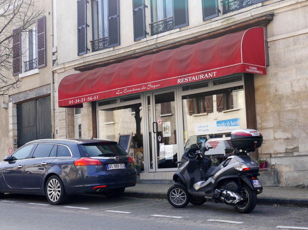 海外ツーリング フランス パリ オートバイレンタル ゴッホ オーヴェル シュル オワーズ 目抜き通りに面したレストラン@La Comtesse de Ségur
