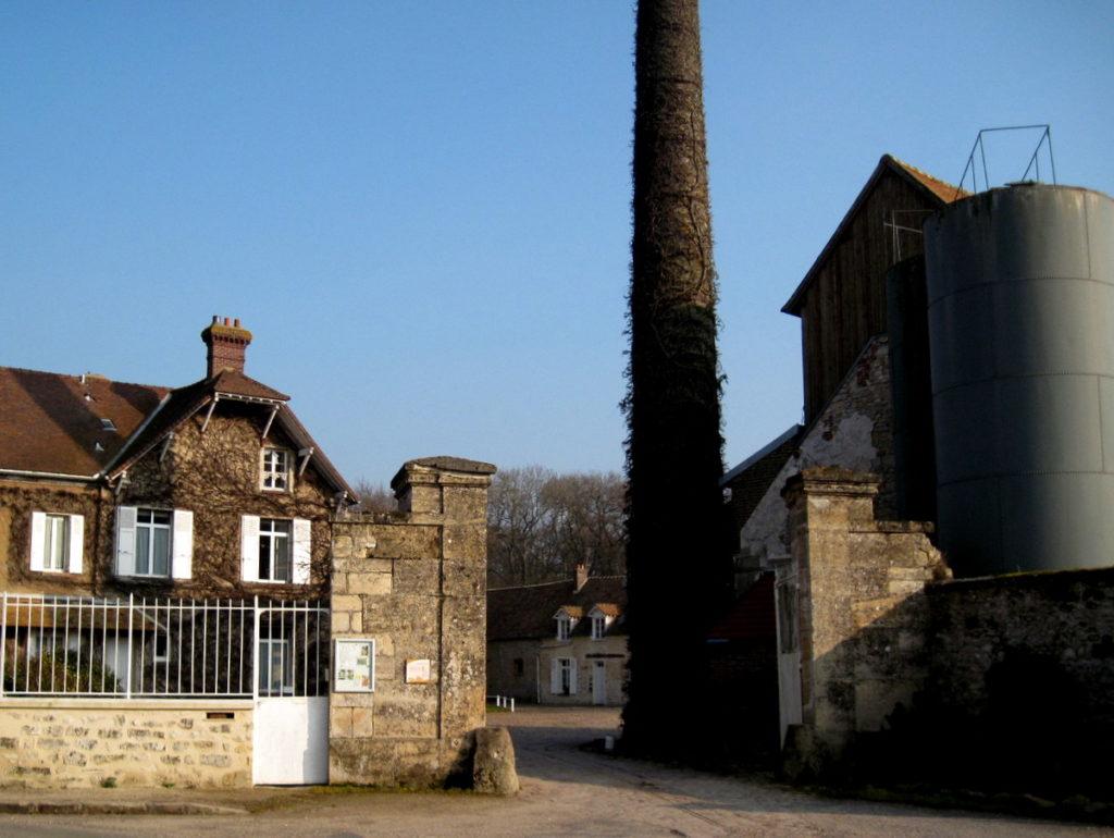 海外ツーリング フランス パリ オートバイレンタル ヴェクサン自然公園 グザングレ 農園 マスタード 田舎のパン屋  高い煙突と門@Ferme de la Distillerie Gouzangrez