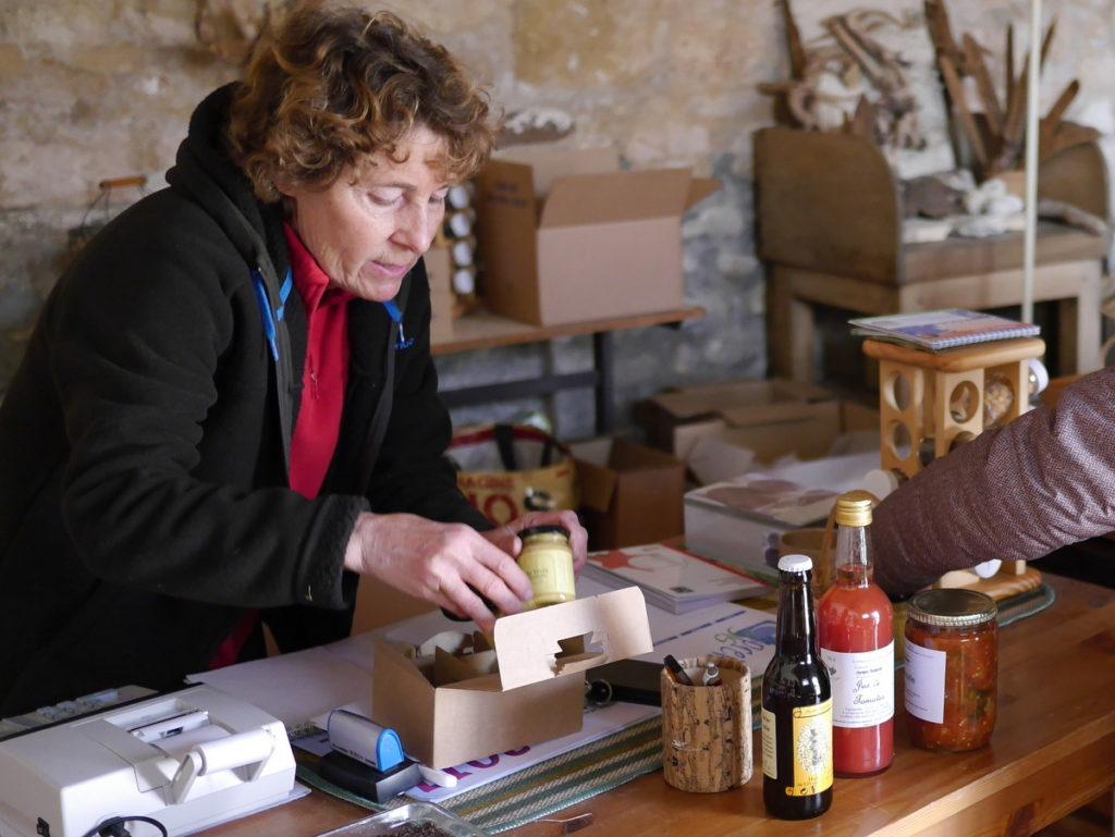海外ツーリング フランス パリ オートバイレンタル ヴェクサン自然公園 グザングレ 農園 マスタード 田舎のパン屋  丁寧に商品を包んでくださる店主@Ferme de la Distillerie Gouzangrez