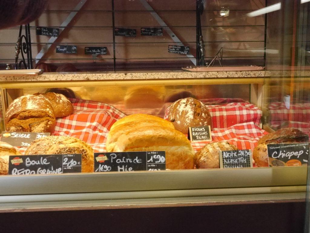 海外ツーリング フランス パリ オートバイレンタル ヴェクサン自然公園 グザングレ 農園 マスタード 田舎のパン屋  店内に並ぶパン@Four à Bois du Vexin