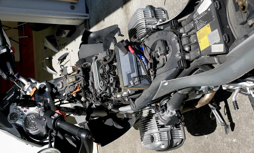 BMW R1150R のバッテリー交換 / ツーリングシーズン到来に向けて