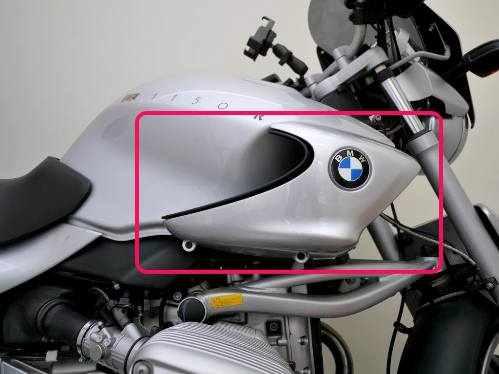 BMW R1150R のバッテリー交換方法 オイルクーラーのカバー 部分