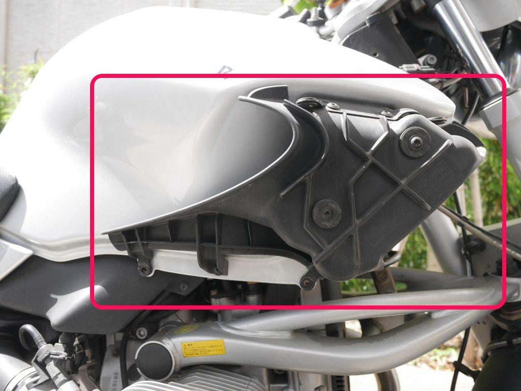 BMW R1150R のバッテリー交換方法  オイルクーラー 部分