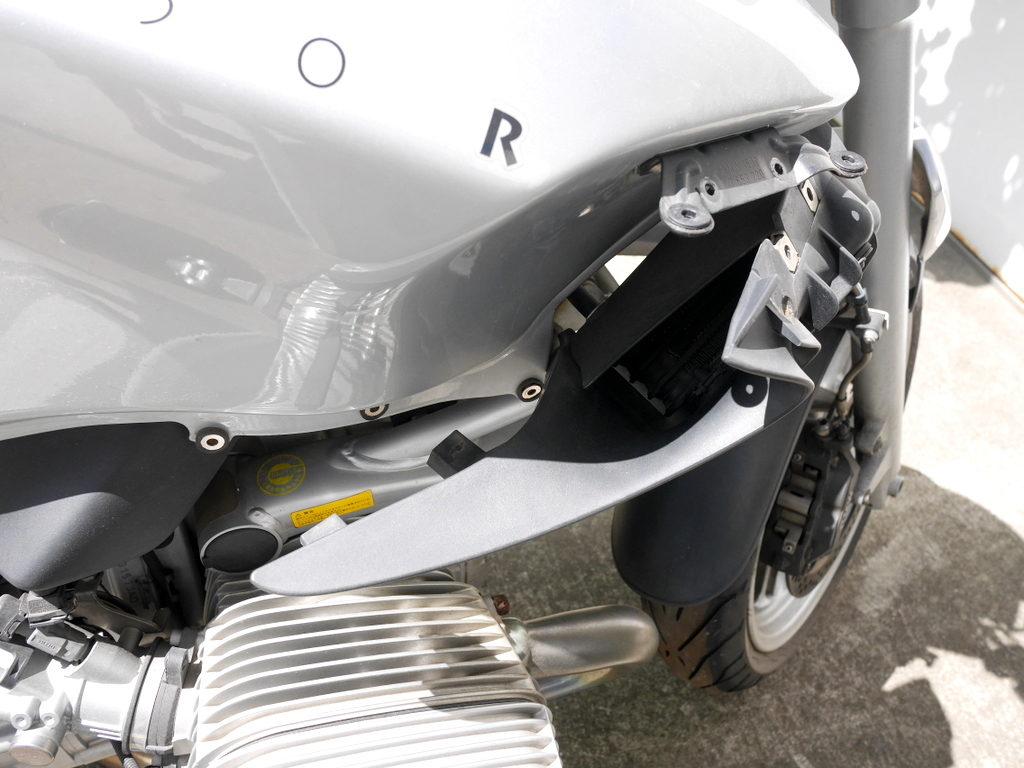 BMW R1150R のバッテリー交換方法  オイルクーラーを前にずらした状態