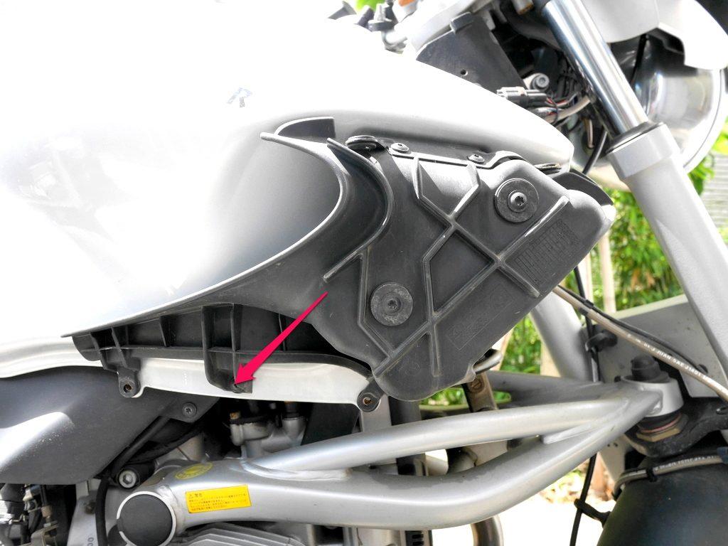 BMW R1150R のバッテリー交換方法  オイルクーラー側面