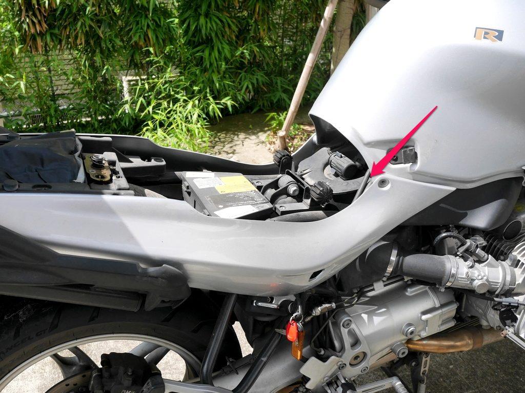 BMW R1150R のバッテリー交換方法 シートを外した状態