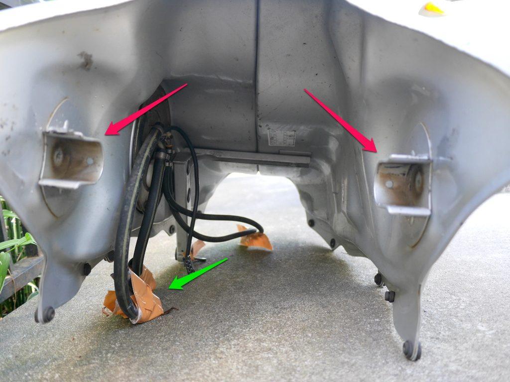 BMW R1150R のバッテリー交換方法 燃料タンク下面を前方より