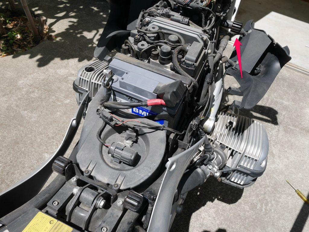 BMW R1150R のバッテリー交換方法 タンクを外した車体前方部分