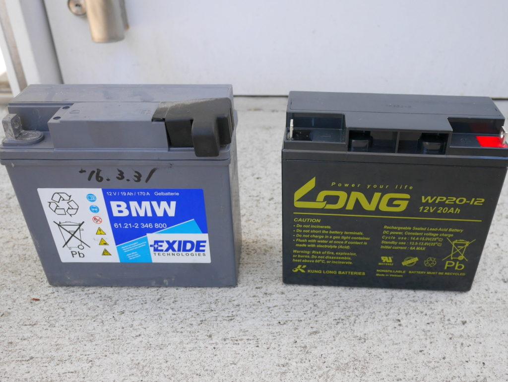 BMW R1150R のバッテリー交換方法  左が旧純正バッテリー、右が新秋月電子バッテリー