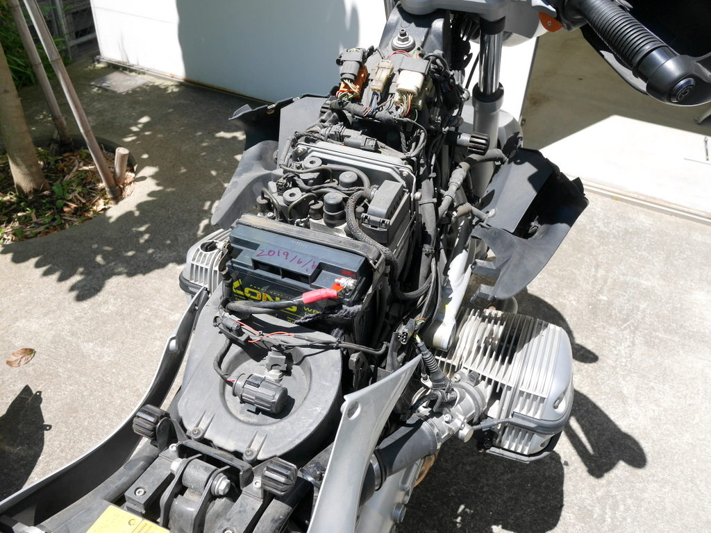 BMW R1150R のバッテリー交換方法 新バッテリー装着後