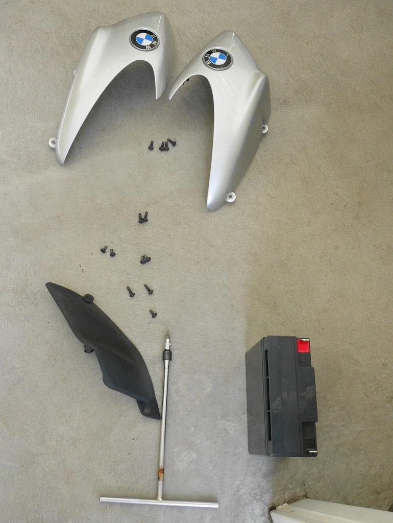 BMW R1150R のバッテリー交換方法 上から下へ外したネジが並ぶ