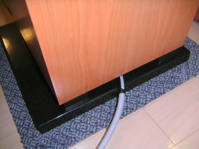 オーディオシステムの変遷 Avalon Acoustics Eidolon  スピーカー底面にケーブルを接続する、ケーブルはMIT T2i