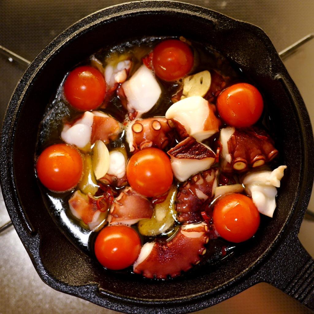 キャンプでも大活躍の小型スキレット  蛸とミニトマトのアヒージョ を仕込み中