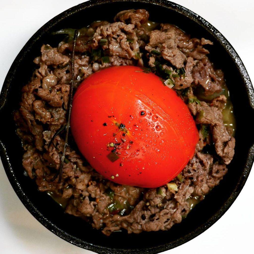 キャンプでも大活躍の小型スキレット 丸ごとトマトと牛肉の蒸し煮