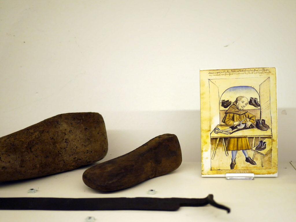 オランダ デンボス スヘルトゲンボス 訪問記 中中世の主婦の暮らしぶり 中世の資料館  革靴を造る際の木型と当時の職人の絵@Groot Tuighuis