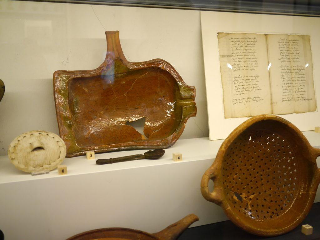 オランダ デンボス スヘルトゲンボス 訪問記 中中世の主婦の暮らしぶり 中世の資料館  上はパン/フライパン、下はザル、共に陶器@Groot Tuighuis
