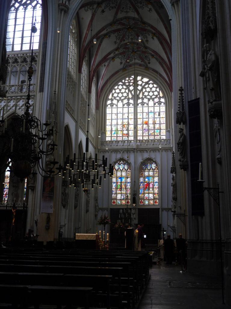 オランダ デンボス スヘルトゲンボス 訪問記 中中世の主婦の暮らしぶり 中世の資料館  ちらっと聖堂の中も覗かせてもらう@Sint-Janskathedraal