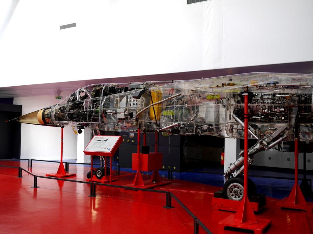 海外ツーリング フランス パリ オートバイレンタル ル ブルジェ航空宇宙博物館 コンコルド 珍しい機体 ミラージュF1 (Mirage F1) のスケルトン @Aéroport de Paris-Le Bourget